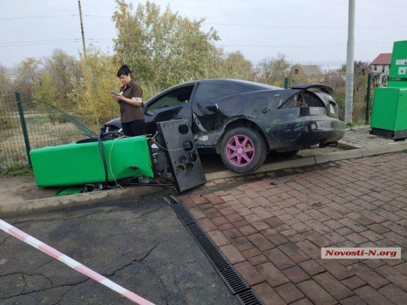 Под Николаевом пьяный водитель «Хонды», удирая от полицейских, сбил колонку на автозаправке (ФОТО)