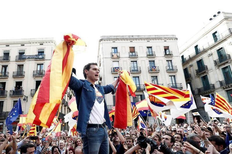 В Барселоне после шести дней акций сепаратистов состоялся митинг за единую Испанию