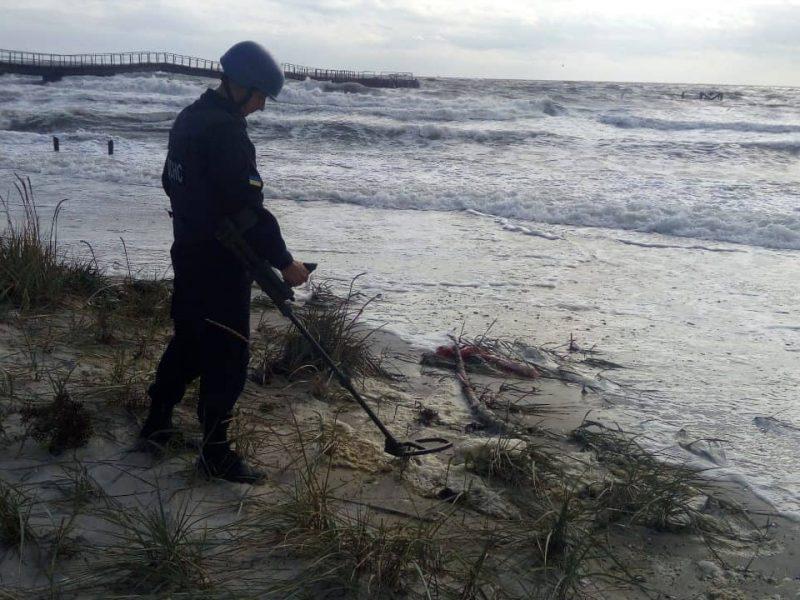 Спасатели Николаевщины продолжают разминировать Кинбурнскую косу: уже подняли 52 взрывоопасных предмета (ФОТО)