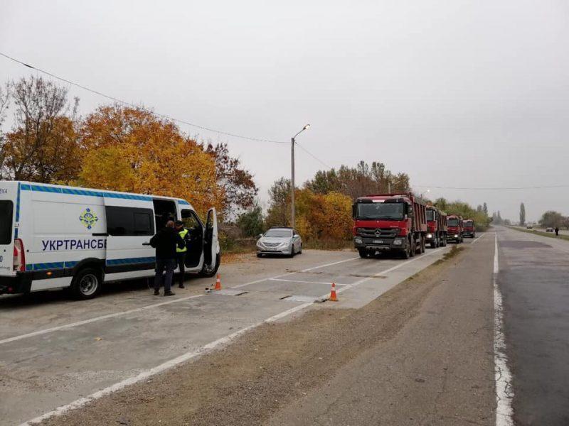 На Николаевщине колонна из 9 грузовиков пыталась скрыться от взвешивания (ФОТО)