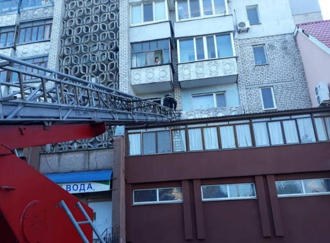 В Николаеве спасатели достали с крыши магазина девочку 1