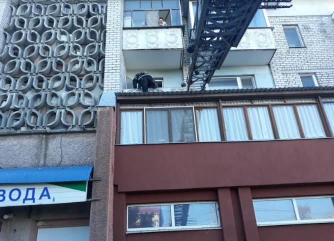 В Николаеве спасатели достали с крыши магазина девочку 3