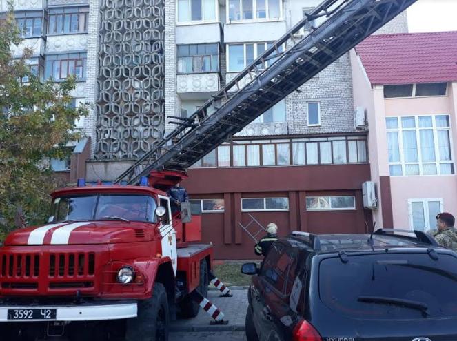 В Николаеве спасатели достали с крыши магазина девочку 5