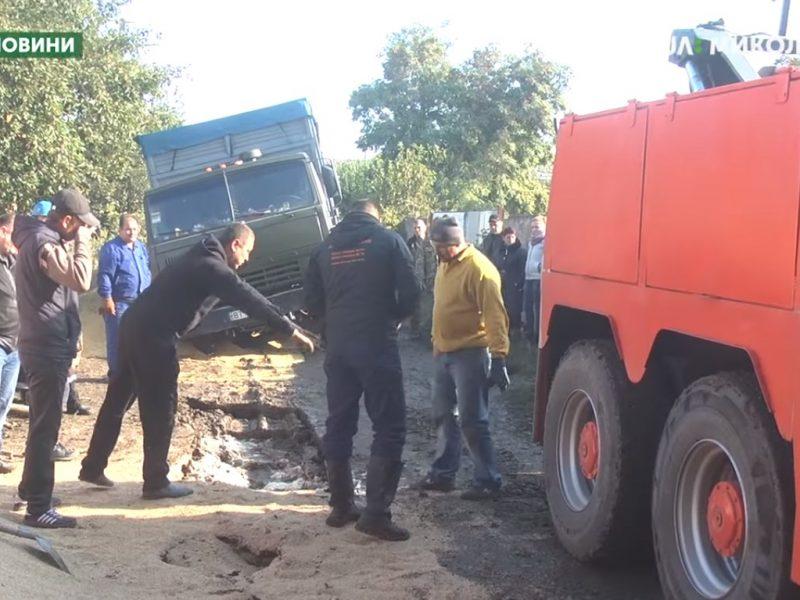 В незаконченную дренажную систему в Ингульском районе провалились три грузовика (ВИДЕО)
