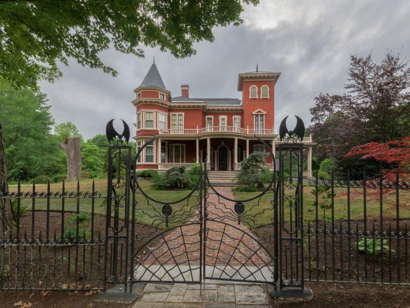 Стивен Кинг превратил своей дом в музей и резиденцию для писателей