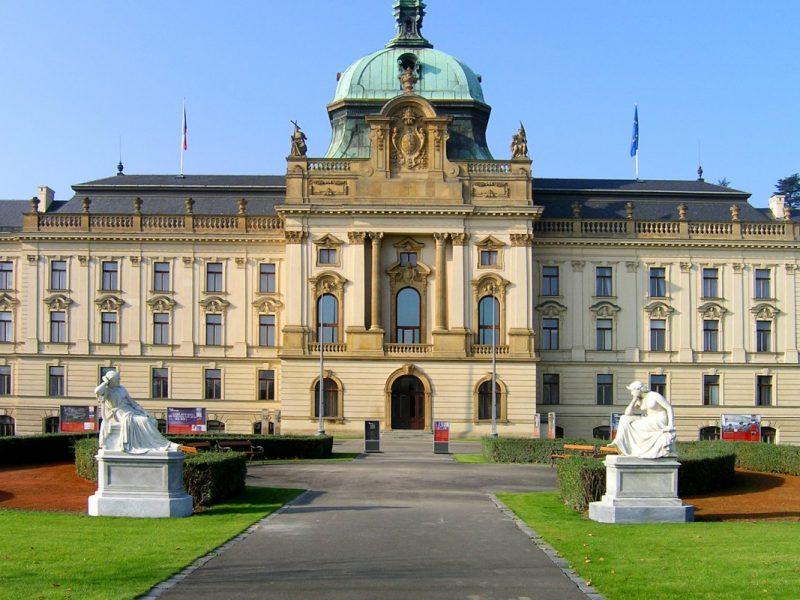 Парламент Чехии тоже хочет заработать на туристах – продавать сувениры со своей символикой