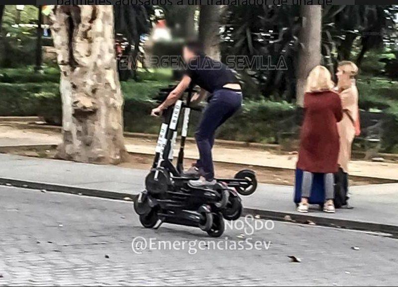 В испанской Севилье полиция задержала мужчину, который ехал сразу на 6 электросамокатах (ФОТО)
