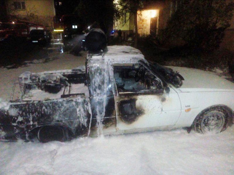 В Николаеве на Намыве загорелись три припаркованных рядом авто (ФОТО, ОБНОВЛЕНО)