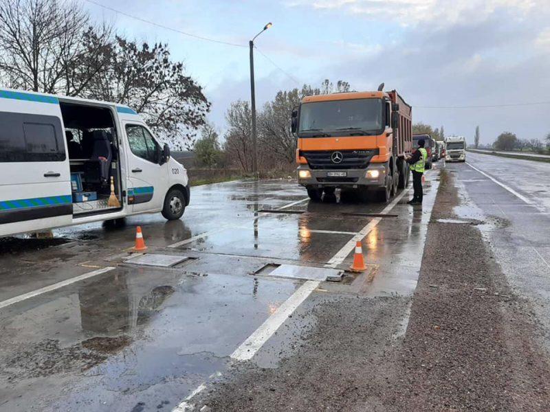 Замкнутый цикл: на Николаевщине дороги разрушает почти то же предприятие, которое их строит, – 8 грузовиков СПМК-17 шли с перегрузом и были задержаны патрульной полицией (ФОТО)