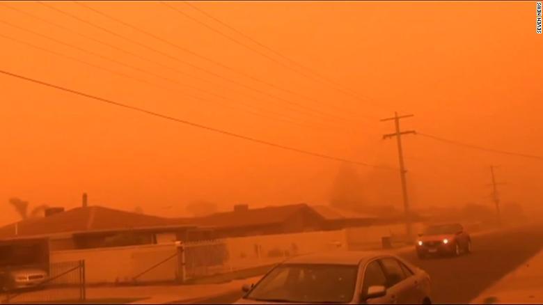 """Город в Австралии накрыла """"марсианская"""" песчаная буря (ВИДЕО)"""