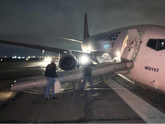Чтобы поднять самолет, заблокировавший аэропорт в Одессе, турки привезли оборудование – в Херсон
