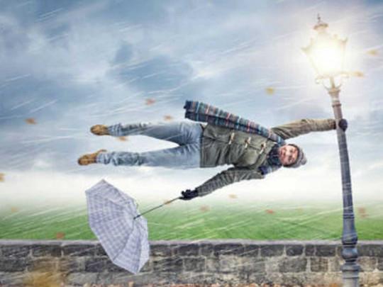 Китаянка решила записать на видео опровержение метеопрогноза – ее унесло ветром (ВИДЕО)
