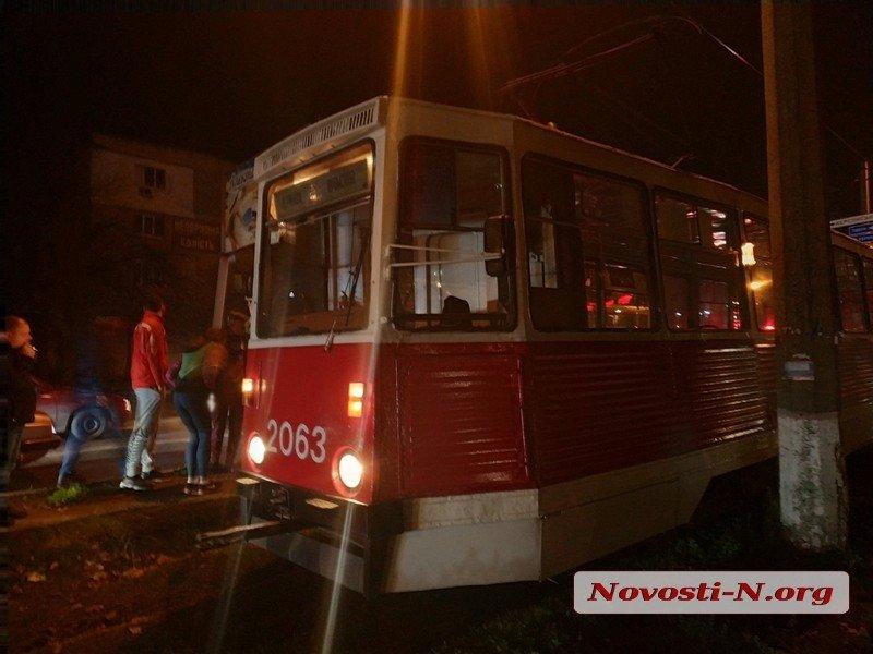 В Николаеве под трамвай попал мужчина. Пострадавшего увезла «скорая» (ФОТО)