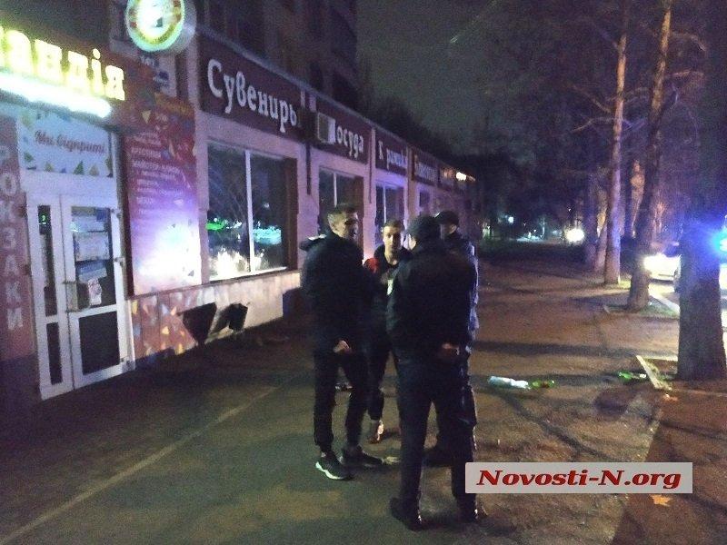 Ночью в центре Николаева прохожие и полицейские разнимали драку. Одного человека увезла «скорая» (ФОТО, ВИДЕО)
