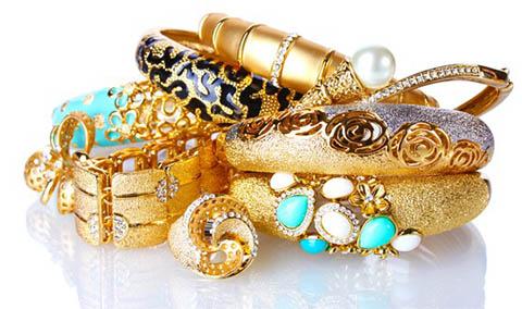 В Николаеве продавщица ювелирного магазина и ее подруга полгода крали украшения, меняя их на фальшивки