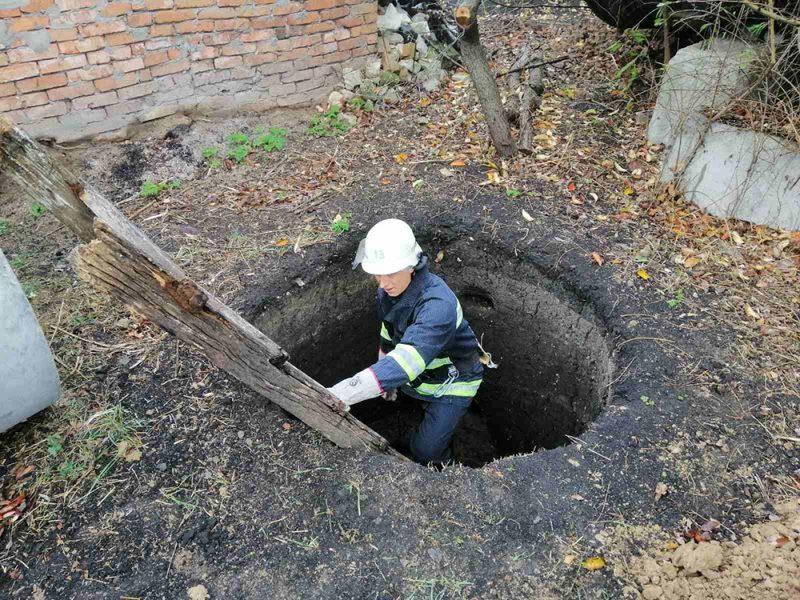 А они все падают. Николаевским спасателям снова пришлось лезть в яму – теперь за собакой (ФОТО)