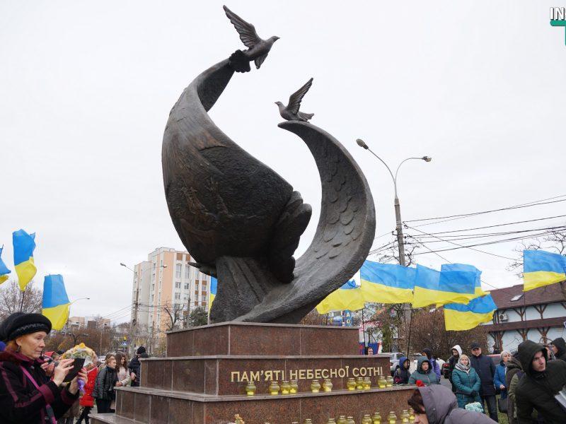 Николаев начал отмечать День достоинства и свободы с акции у памятника Героям Небесной сотни (ФОТО, ВИДЕО)