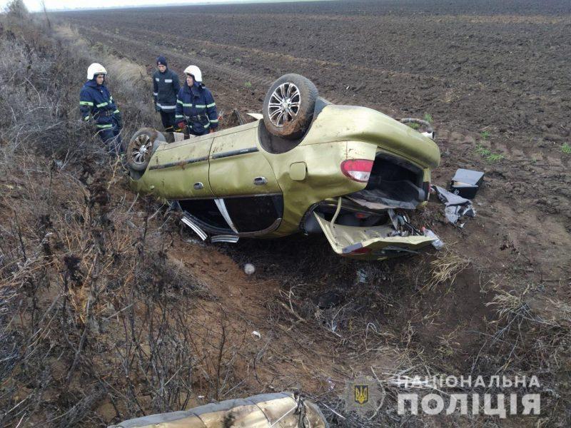 На Николаевщине машина съехала в кювет и перевернулась, есть пострадавшая