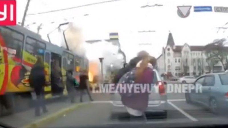 В Днепре загорелся заполненный людьми трамвай