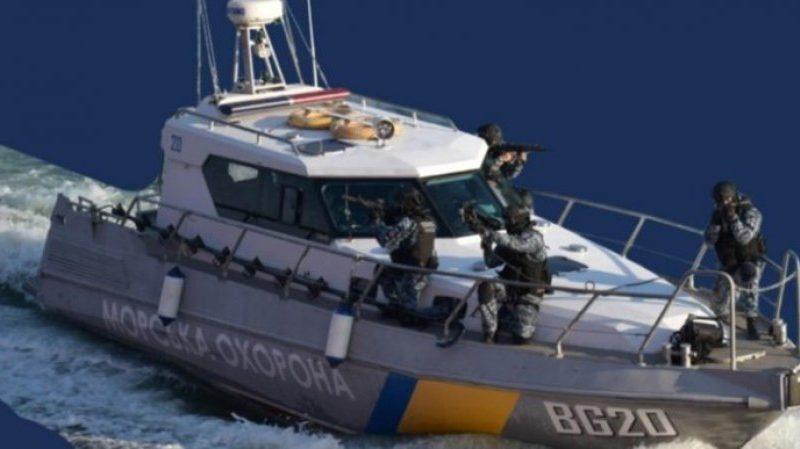 Захваченные Россией украинские катера выводят из Керчи