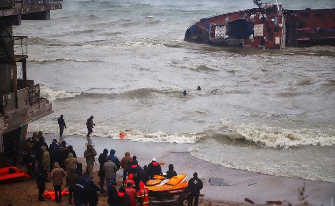 С тонущего под Одессой танкера эвакуировали экипаж (ФОТО)