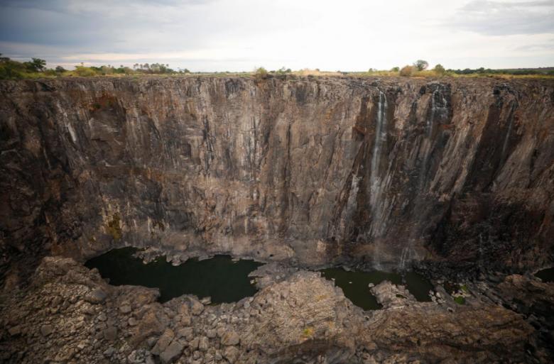 """В Африке из-за """"засухи столетия"""" катастрофически обмелел водопад Виктория (ВИДЕО, ФОТО)"""