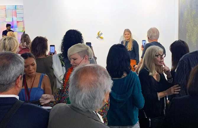 Бананы, приклеенные к стене скотчем, продавали на выставке по $120 тысяч (ФОТО)