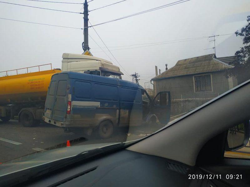 В Николаеве масловоз столкнулся с «Газелью» (ФОТО)