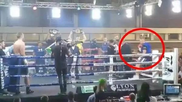 Самая нелепая травма в истории. Боксер выпал с ринга перед началом боя (ВИДЕО)
