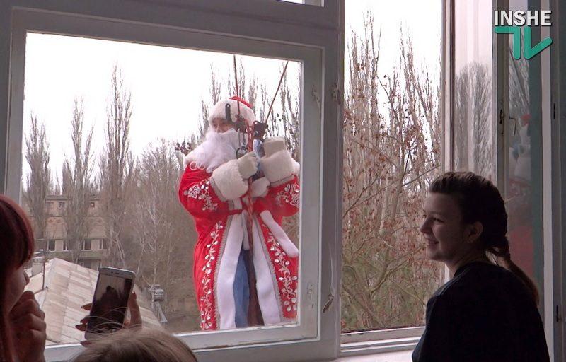 В Николаеве пациентов областной детской больницы поздравили Деды Морозы-альпинисты и Снегурочка (ВИДЕО)
