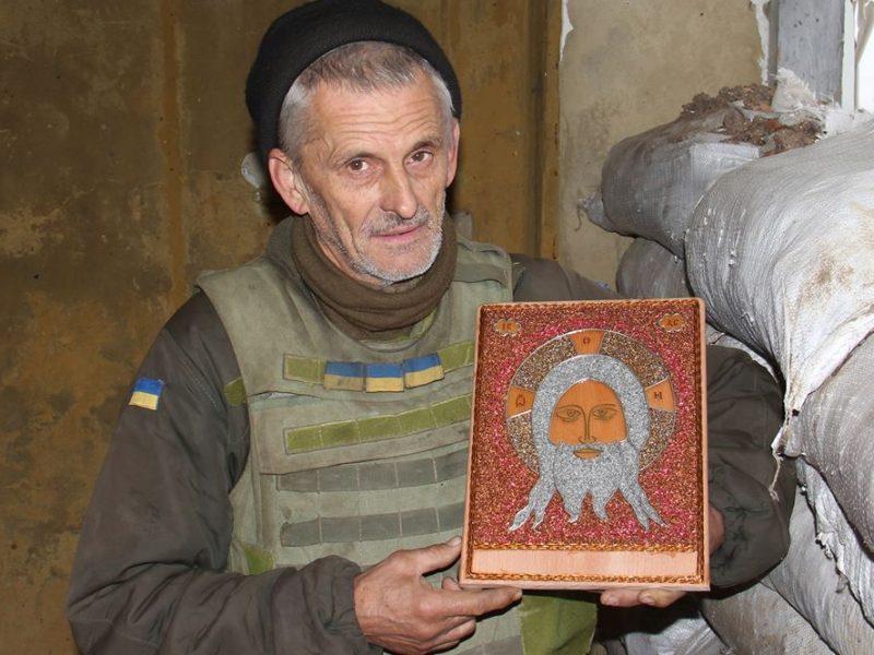 Украинский воин делает иконы из проволоки на передовой в зоне ООС (ФОТО)