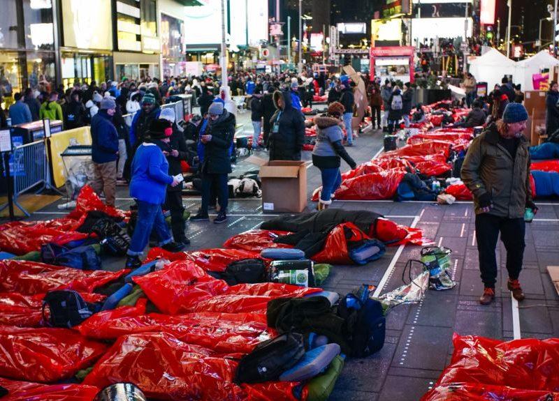 Тысячи людей по всему миру переночевали на улице в рамках акции The World's Big Sleep Out