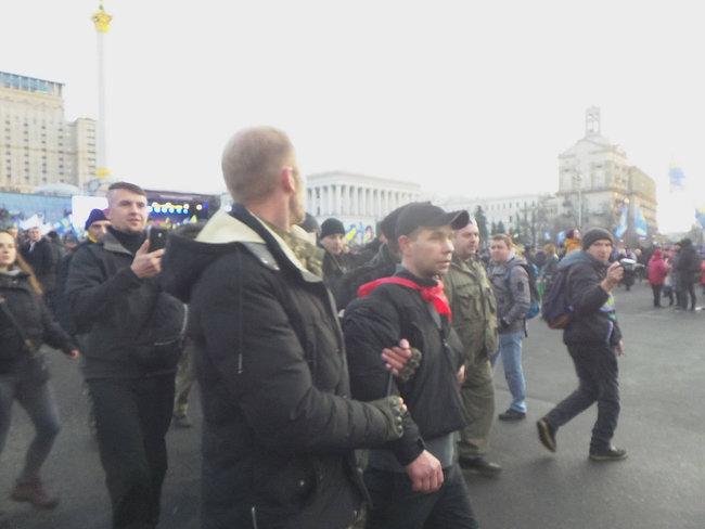 На Майдане во время вече Порошенко забросали яйцами