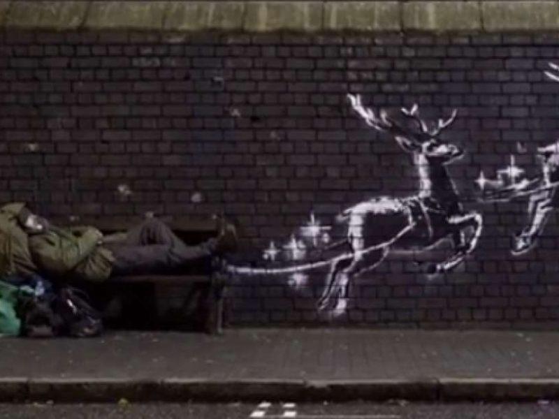 Стрит-арт художник Бэнкси представил рождественскую работу с бездомным и оленями (ВИДЕО)