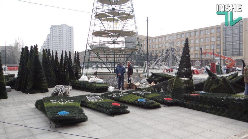 В Николаеве на Соборной площади начали монтировать елку, каток и праздничную иллюминацию (ФОТО, ВИДЕО)