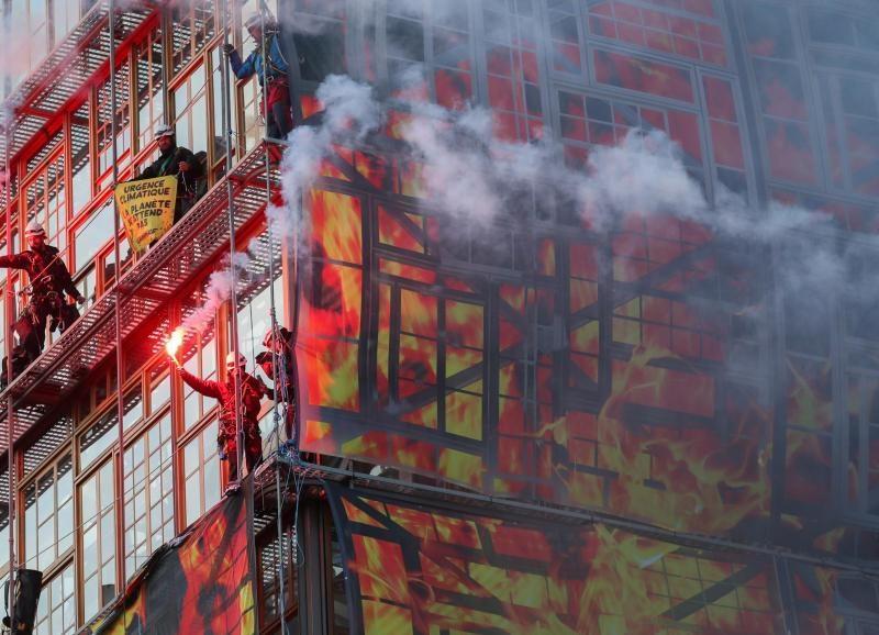 Активисты Greenpeace с пожарной машиной и файерами заблокировали здание Совета Европы в Брюсселе (ВИДЕО)