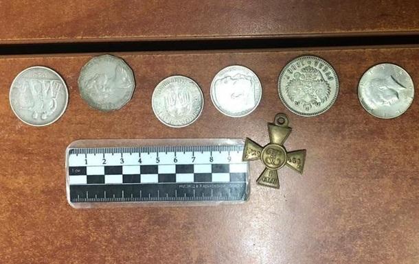 На границе задержали гражданина РФ с монетами и георгиевским крестом