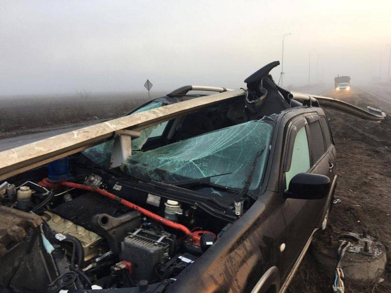 На Николаевщине Mitsubishi Outlander влетел под отбойник – освобождать авто пришлось спасателям (ФОТО)