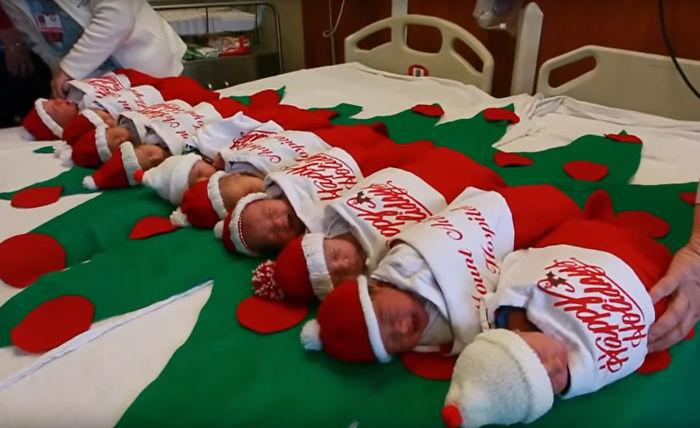 Милая рождественская традиция: в одной из техасских больниц рожденных в декабре отдают родителям в рождественском чулке (ФОТО)