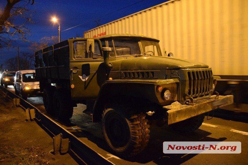 На Варваровском мосту водитель «Рено» врезался в армейский «Урал» — образовалась пробка (ФОТО)