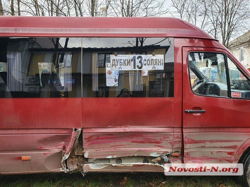 В центре Николаева водитель «Фольксвагена» врезался в маршрутку (ФОТО)