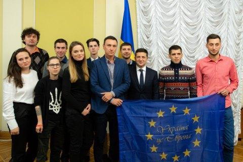 """Зеленский встретился с бывшими студентами, которых избил """"Беркут"""" на Евромайдане"""