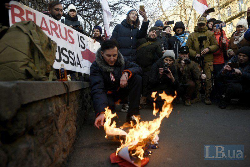 В Киеве на акции против интеграции Беларуси с РФ сожгли портреты Путина и Лукашенко (ФОТО)
