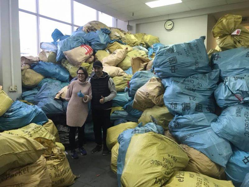 """Украину завалило…посылками после """"черной пятницы"""". На сортировку вышли топ-чиновники Укрпочты и волонтеры (ФОТО)"""