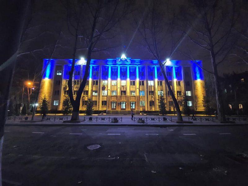 Николаевские налоговики подсветили свое здание в желто-синие цвета и призвали сделать так же остальных (ФОТО)