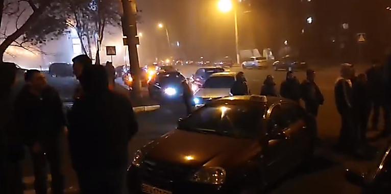 В Николаеве таксисты пикетировали управление патрульной полиции из-за конфликта на автопробеге памяти их погибшего коллеги