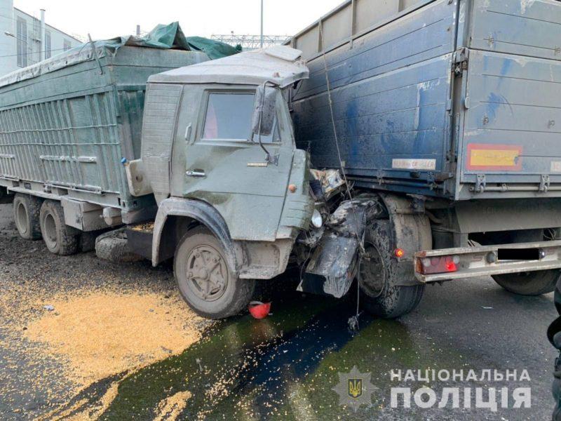 В Николаеве столкнулись два грузовика. Одного из водителей забрала «скорая»