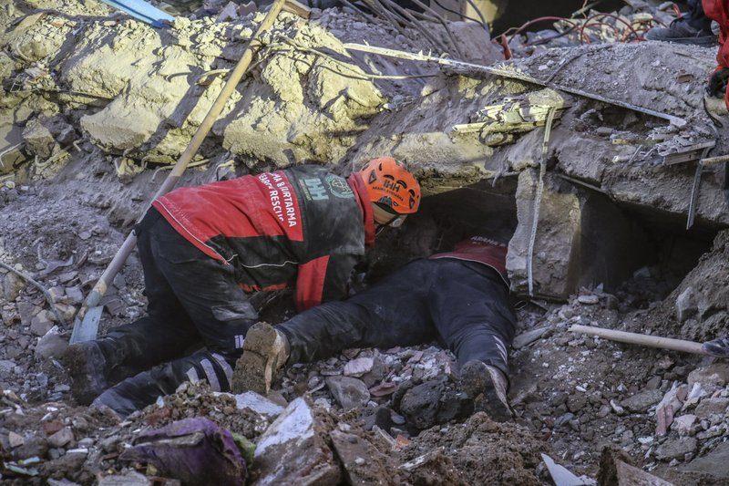 Землетрясение в Турции: 38 погибших, мать с двухлетним ребенком вытащили из-под завалов спустя 28 часов