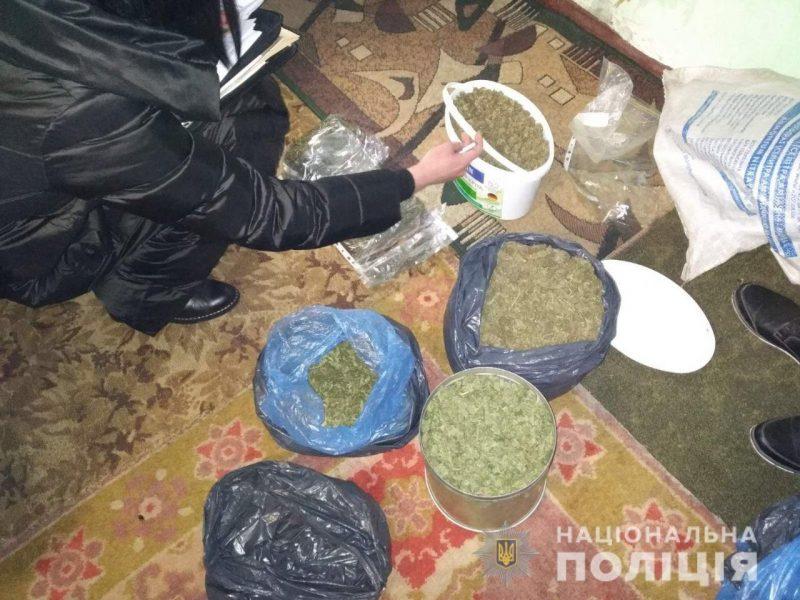 На Николаевщине у мужчины изъяли несколько ведер конопли (ФОТО)