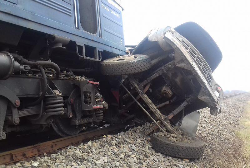 В Закарпатской области поезд врезался в грузовик
